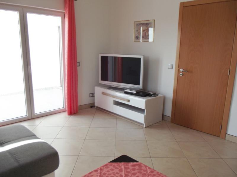 Wohnzimmer - TV-Konsole mit Fernseher und Receiver
