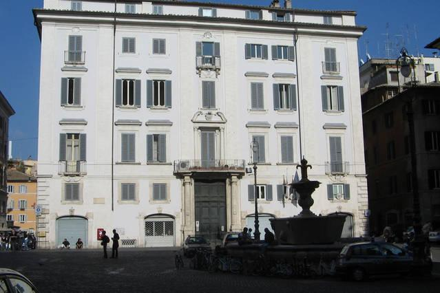Our wonderfull bulding (XVIII sec.) on Piazza Farnese!