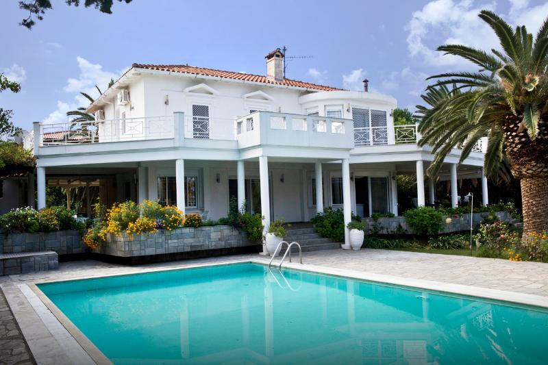 Villa Fiona is one of the most exclusive estates in the Cassandra peninsula of Halkidiki.