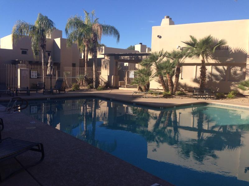 Due belle piscine all'aperto riscaldate e vasche idromassaggio e campo da tennis tutto in entrata sito digitato.