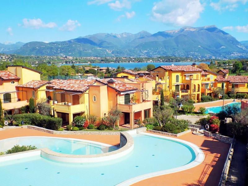 Una fantástica vista sobre el complejo con el lago de Garda en el fondo