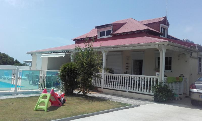 Chambre d'hôte dans villa avec piscine, location de vacances à Guadeloupe