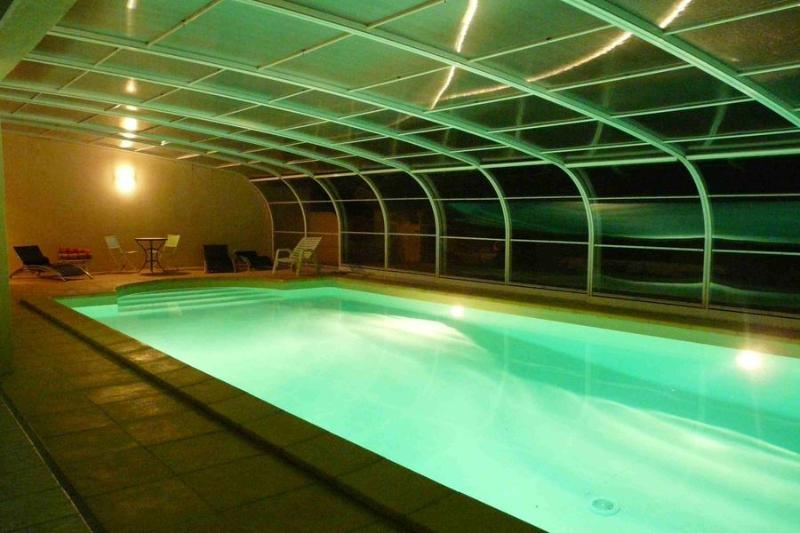 la piscine couverte la nuit