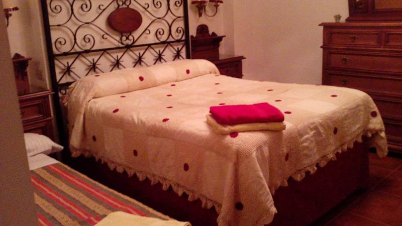 Dormitorio de matrimonio con cama supletoria