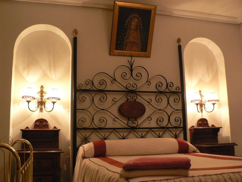 Dormitorio de matrimonio con cuna