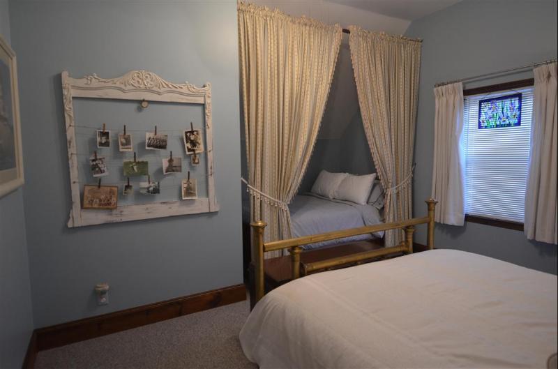 Alcove bed in East Queen bedroom