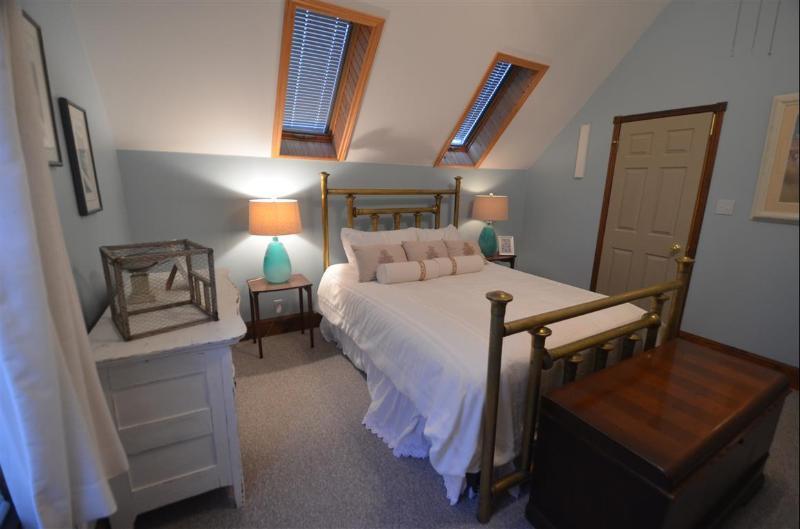 Queen bed - sleeps 2