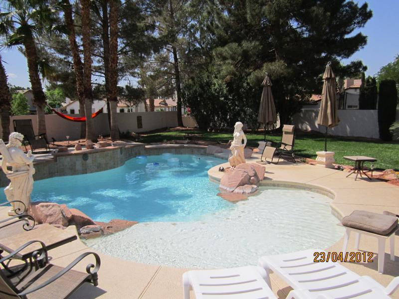 Gorgeous 3 Bedroom Furnished Home Available for Rental Minimum 30 Days or More, location de vacances à Henderson