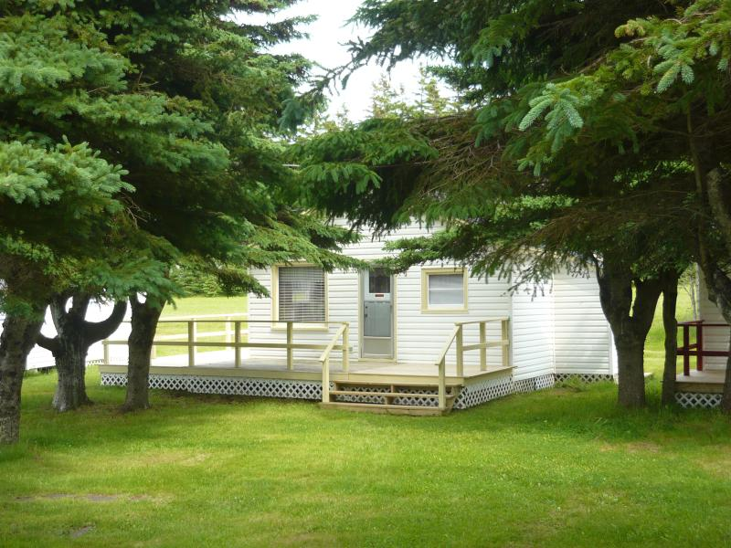 Cottage #03 sleeps 6. Free Park Pass.  1 queen bed, 2 full double size beds. Beach, 5 min.walk.