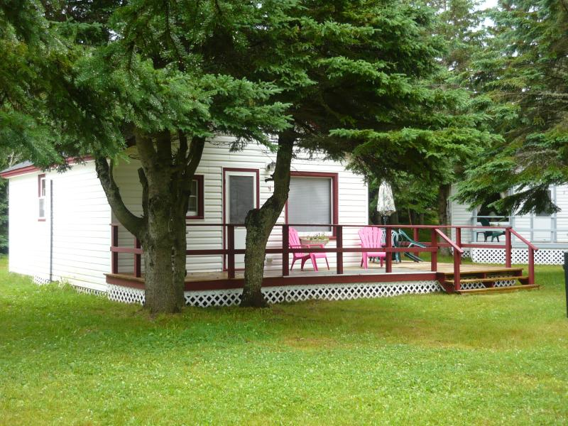 Cottage #04 sleeps 6.  Free Park Pass. 1 queen bed, 2 full double size beds. Beach, 5 min. walk.