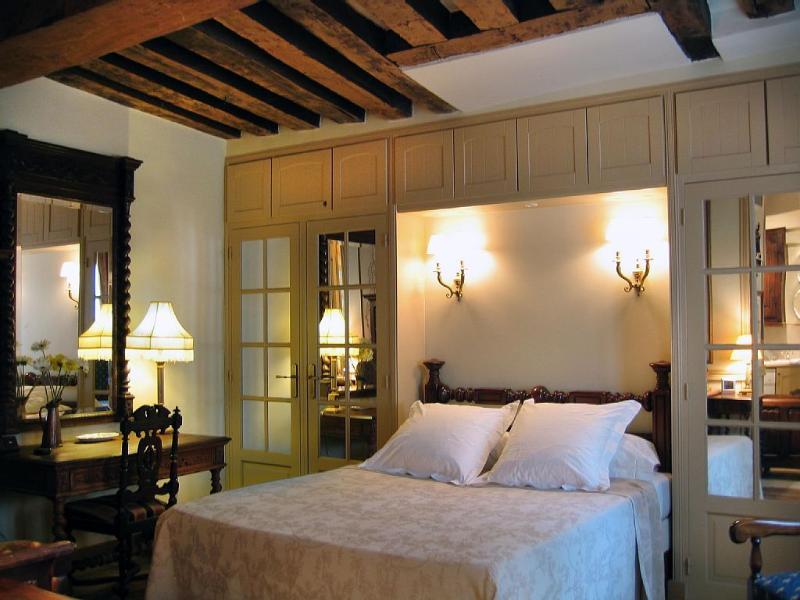 Bedroom niche, massive beams in ceiling, original 17th century!