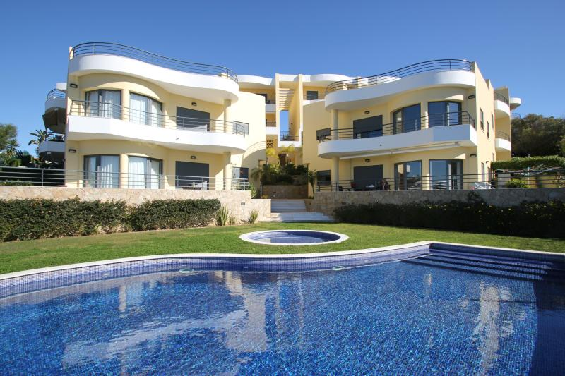 Perfectly located 2 bed apt, FREE air con and wifi, holiday rental in Albufeira