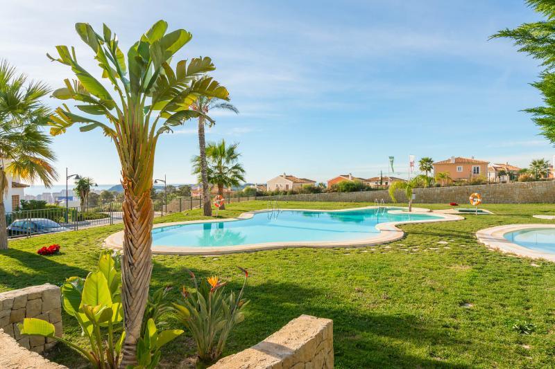 Disfrutar de las piscinas adaptadas a los niños y jardines.