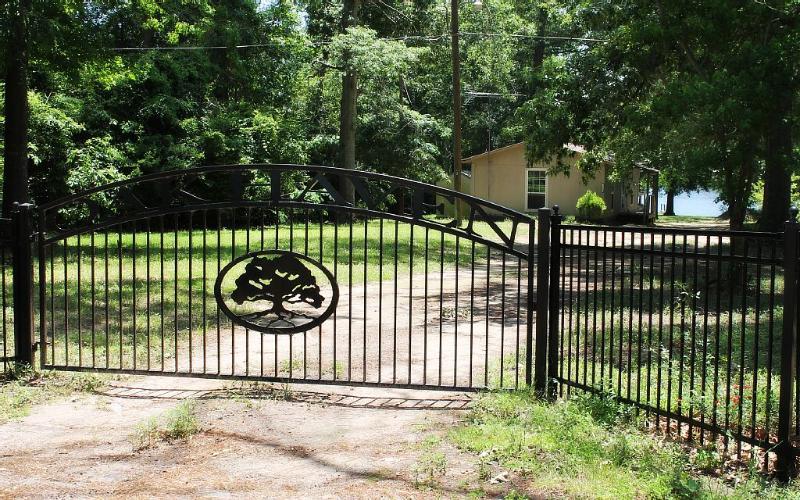 Oak Haven Lakeside Cottage, holiday rental in Tatum