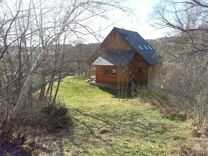 Maison de charme tout en bois dans verdure, holiday rental in Aumont Aubrac