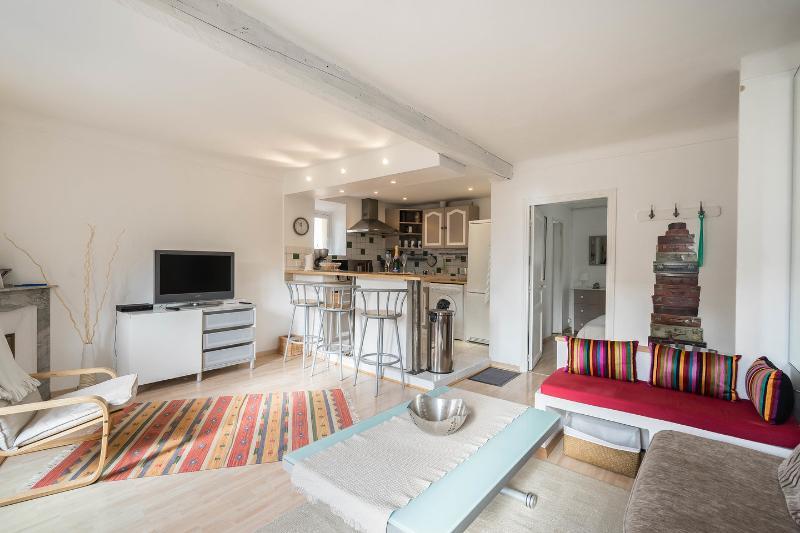 luminosa sala de estar con cocina abierta