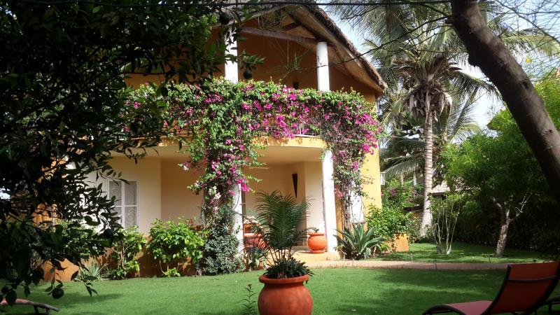 Villa africaine en résidence avec piscine plage privée-bord de mer-accès wifi, aluguéis de temporada em Mbour
