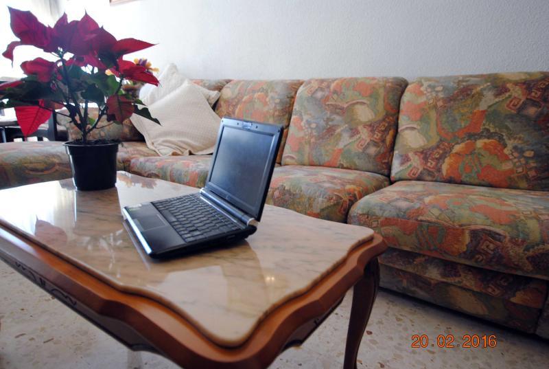 Disponible ordenador portátil para conexión a Internet o uso ofimático