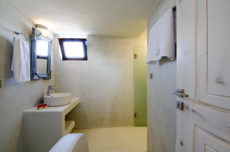 En-suite bathroom with hydro-massage capacity.