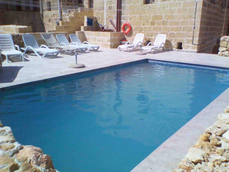 EMILIA FARMHOUSE, SAN LAWRENCE, GOZO , POOLS, VIEWS, BBQ, SUNBEDS, 4 BEDROOMS, holiday rental in San Lawrenz