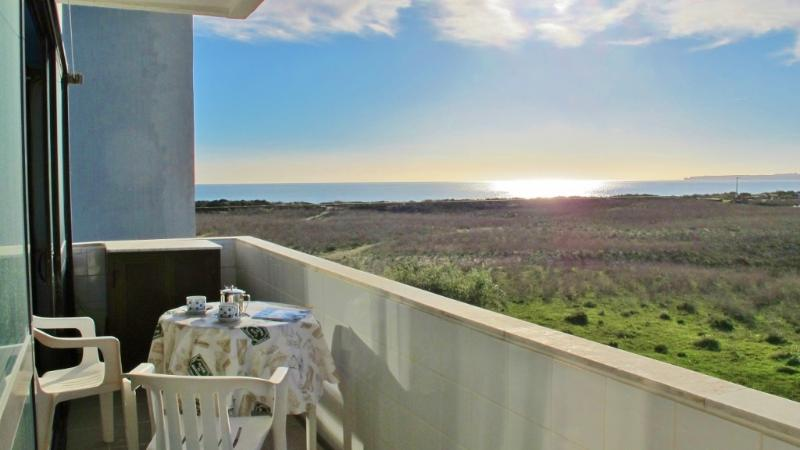 Alvor Beach 1 bedroom apartment, frontline seaview, location de vacances à Alvor