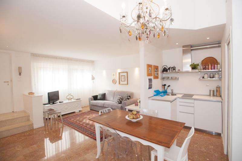 ampio soggiorno con cucina