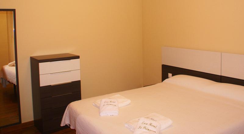 El alojamiento incluye ropa de cama y dos toallas por persona.