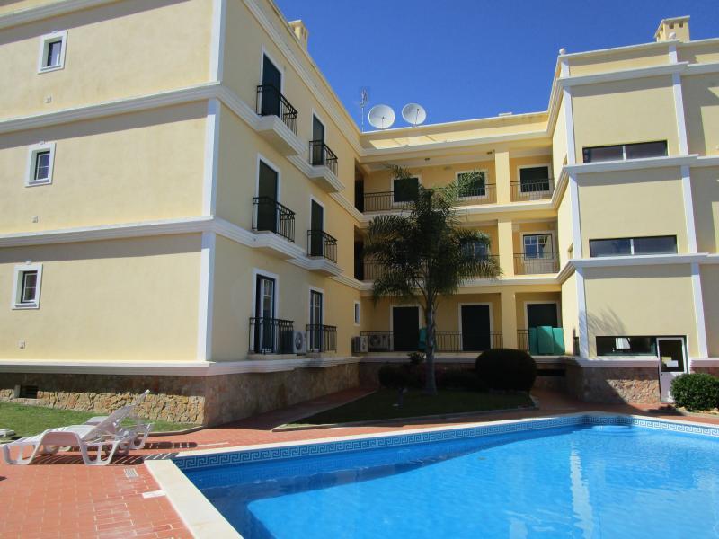 El apartamento se mete hacia la piscina. Tenemos seis tumbonas para nuestros clientes a utilizar.