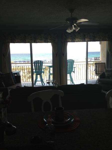 Foto van balkon en mooie aqua water