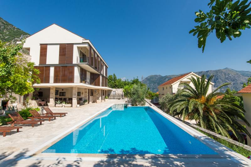 V.I.P 2 FERAL,LUXURY APARTMENT, vacation rental in Prcanj