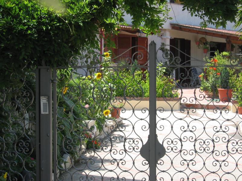 studio with private bathroom , kitchen ,terras, alquiler vacacional en Priora
