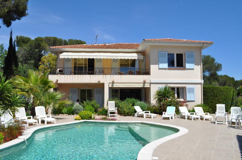 façade villa avec piscine, au rez de chaussée 2 appartements , et à l'étage 1 seul
