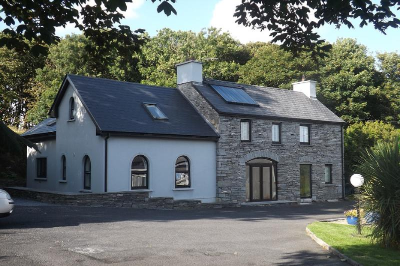 Sunnyside-Cottage Converted Coach-House, holiday rental in Lahinch