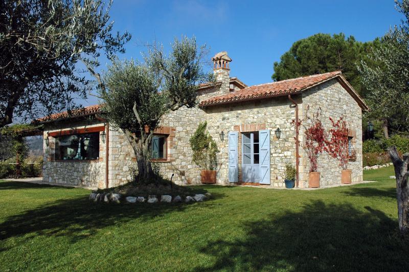 Magnifique villa avec piscine privée, grand jardin et intimité absolue. Court de tennis disponible.