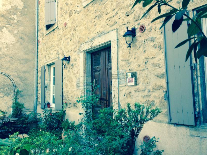 Chambres d'hôtes 'le clos des rosalines', Ferienwohnung in Villeneuve-les-Corbieres