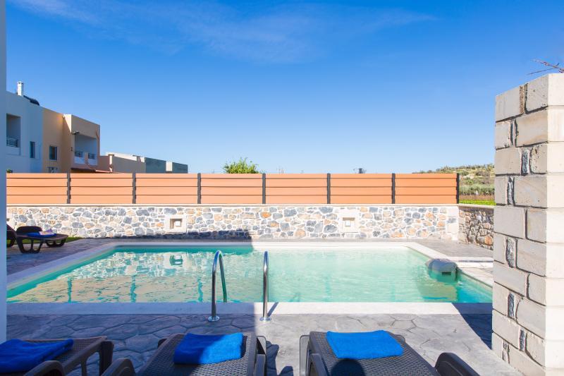 Sinatsakis Villas - Villa Ioanna, Close to Sandy Beach & Amenities, holiday rental in Pigi