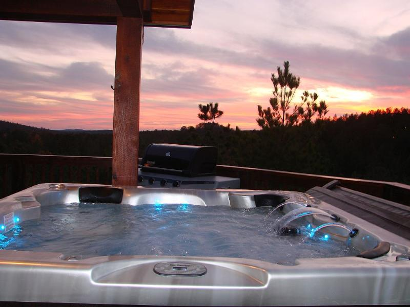 Panorama Cabin - 15 Mile View Luxury Mountain Cabin, Hot Tub, holiday rental in Broken Bow