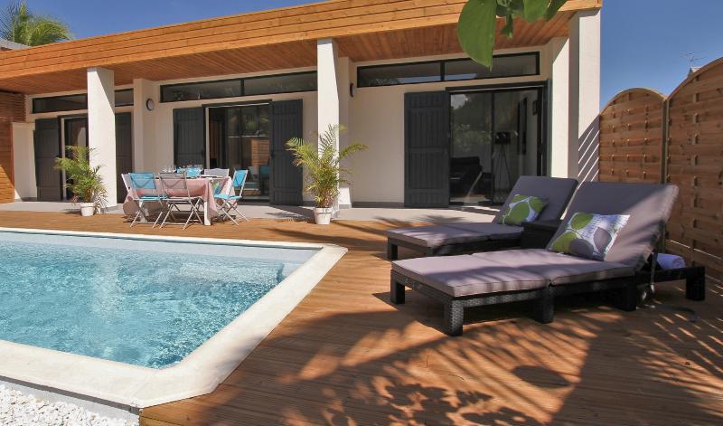 VILLA SALINE - villa moderne avec piscine à 100m de la plage et des commerces, location de vacances à La Saline les Bains