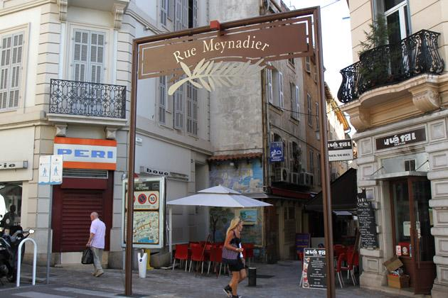 The apartment is located in the famous pedestrian rue Meynadier in the heart of Cannes