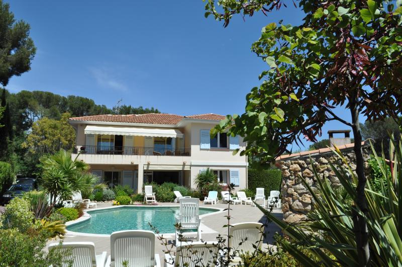 façade villa , dans son ecrin  .....le t4 Mistral en constitue tout l'étage,avec terrasse ,store ban