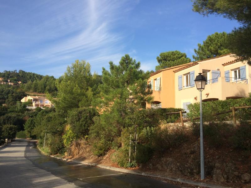 Corniche de l'Argens, parking in front of the Studio