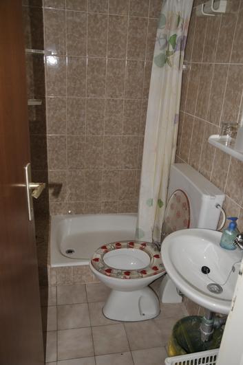A4 (2+2): bathroom with toilet