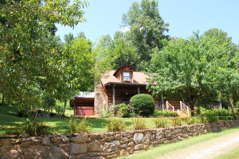 Bison Escape, secluded & peaceful, huge game room!, vakantiewoning in Maggie Valley