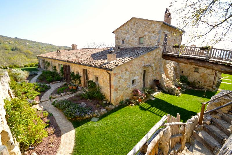 Villa  Luxury Colle dell Asinello Owner, pool with salt water and heated 30 C°, casa vacanza a Orvieto
