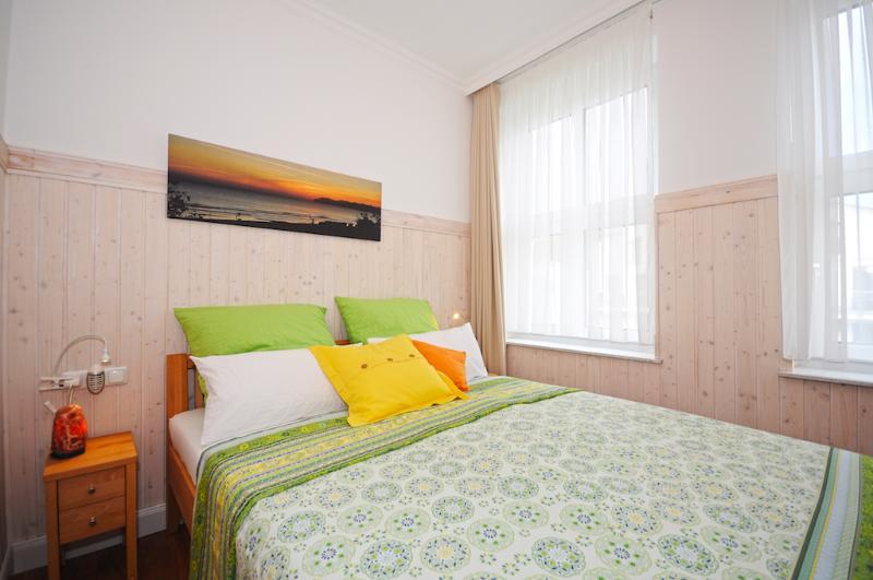 Schlafzimmer mit 1,60x2,20m Bett