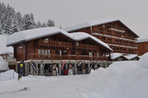 le chalet , notre appartement  est celui au dessus de l'entrée centrale du magasin de ski