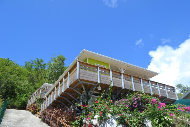 vue du parking (3 places sont réservées aux villas Tara et Anaïs + une 4ème en haut de la montée