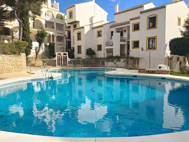 Homely, Fully Equipped Penthouse in Great Location (with NO EXTRAS to pay for), holiday rental in Sitio de Calahonda