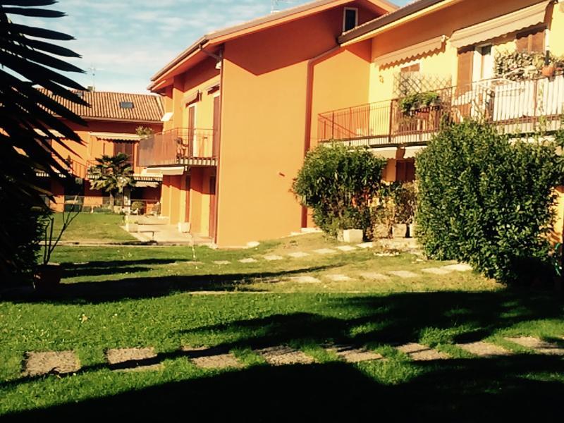 Splendido appartamento bilocale , giardino privato , patio arredato, piscina, tennis .. Verde...