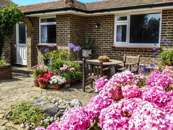 HERBRAND HOUSE, beachfront single-storey cottage, WiFi, patio, Cooden Beach, vacation rental in Ninfield